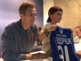 Фанат пришел на автограф-сессию Теодорчика и Макаренко с динамовской футболкой (ФОТО)