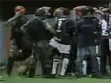 В Бразилии полицейская собака укусила игрока во время матча (ВИДЕО)