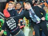Болельщик пытался дотронуться до кубка мира перед выходом команд на поле