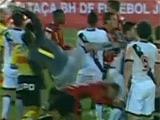 18-летний футболист едва не оторвал голову сопернику (ВИДЕО)