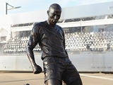 Анри не сдержал эмоций во время открытия собственной статуи (ФОТО)