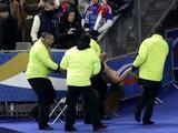 После матча Франция — Украина со стадиона вынесли полуголую девушку (ФОТО)