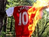 Фанаты «Арсенала» жгут футболки Робина ван Перси