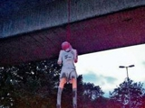 Фанаты «Шальке-04» повесили чучело Мануэля Нойера на мосту Гельзенкирхена