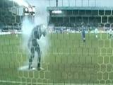 Матч «Динамо» М — «Зенит» сорван из-за брошенной во вратаря петарды (ВИДЕО)