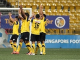 Сингапурские футболисты ходят по домам болельщиков