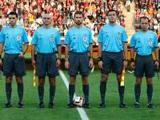ФИФА будет продолжать эксперимент с пятью арбитрами еще два года