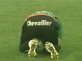 В Аргентине был остановлен матч после попадания петарды во вратаря (ВИДЕО)