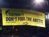 На игре «Базель» — «Шальке» активисты Гринпис развернули баннер против «Газпрома»