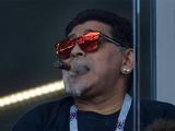 Марадона в открытую курил на матче ЧМ-2018 и оскорбил корейских фанатов расистским жестом (ФОТО)