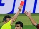 Футболист сломал руку арбитру
