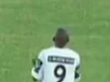 Бразильский футболист отпраздновал гол в ворота своей команды (ВИДЕО)