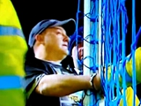 Болельщик приковал себя наручниками к штанге ворот во время матча «Эвертон» — «Манчестер Сити» (ВИДЕО)