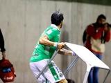 Форвард чилийской команды Себастьян Абреу кинул стол в недовольных его игрой фанатов (ФОТО)