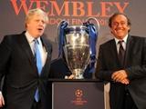 Платини передал кубок Лиги чемпионов Лондону