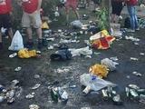 Болельщики «Ливерпуля» превратили парк Шевченко в мусорную свалку (ФОТО)