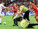В финале Лиги чемпионов в Киеве на поле выбежал... стюард! С третьей попытки!