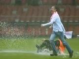 Польскому болельщику за «купание» на поле «дали» два года