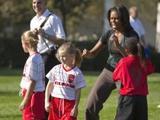 Первая леди США сыграла в футбол с детьми возле Белого дома