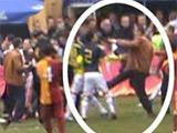 Фанаты «Галатасарая» избили игроков юношеского состава «Фенербахче» прямо во время матча