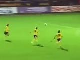 Женский футбол: выйти втроем на пустые ворота и вдвоем упасть на мяч (ВИДЕО)
