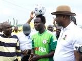 Нигерийский футболист проехал 103 км на велосипеде с мячом на голове (ВИДЕО)