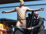 Швейцарском футболисту поставили памятник при жизни