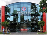 Офис «Баварии» забросали банками с краской