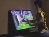 Фанат «Фенербахче» разбил телевизор кулаком во время дерби с «Бешикташем» (ВИДЕО)