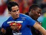 Болельщик, выскочивший на поле в матче Германия — Испания, был итальянцем (ВИДЕО)