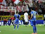 Болельщики «Севильи» в знак протеста забросали поле теннисными мячами (ВИДЕО)