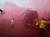 Фанаты «Ливерпуля» атаковали автобус «Манчестер Сити» при подъезде к стадиону (ВИДЕО)