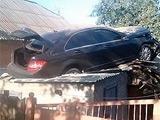 Игрок «Ворсклы» «приземлил» свой «Мерседес» на крыше дома
