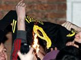 Болельщики «Ливерпуля» сожгли футболку Торреса (ВИДЕО)