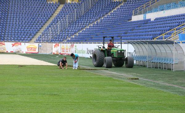На Днепр-Арене началась реставрация газона - изображение 1