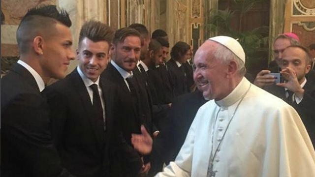 Футболисты «Ромы» подарили отцу Франциску майку сего именем иномером 1