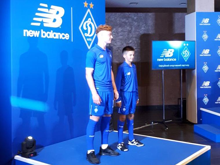 Всего новую форму демонстрировали четверо футболистов «Динамо». Денис Бойко  и Георгий Бущан показали da0a6becf1d2b