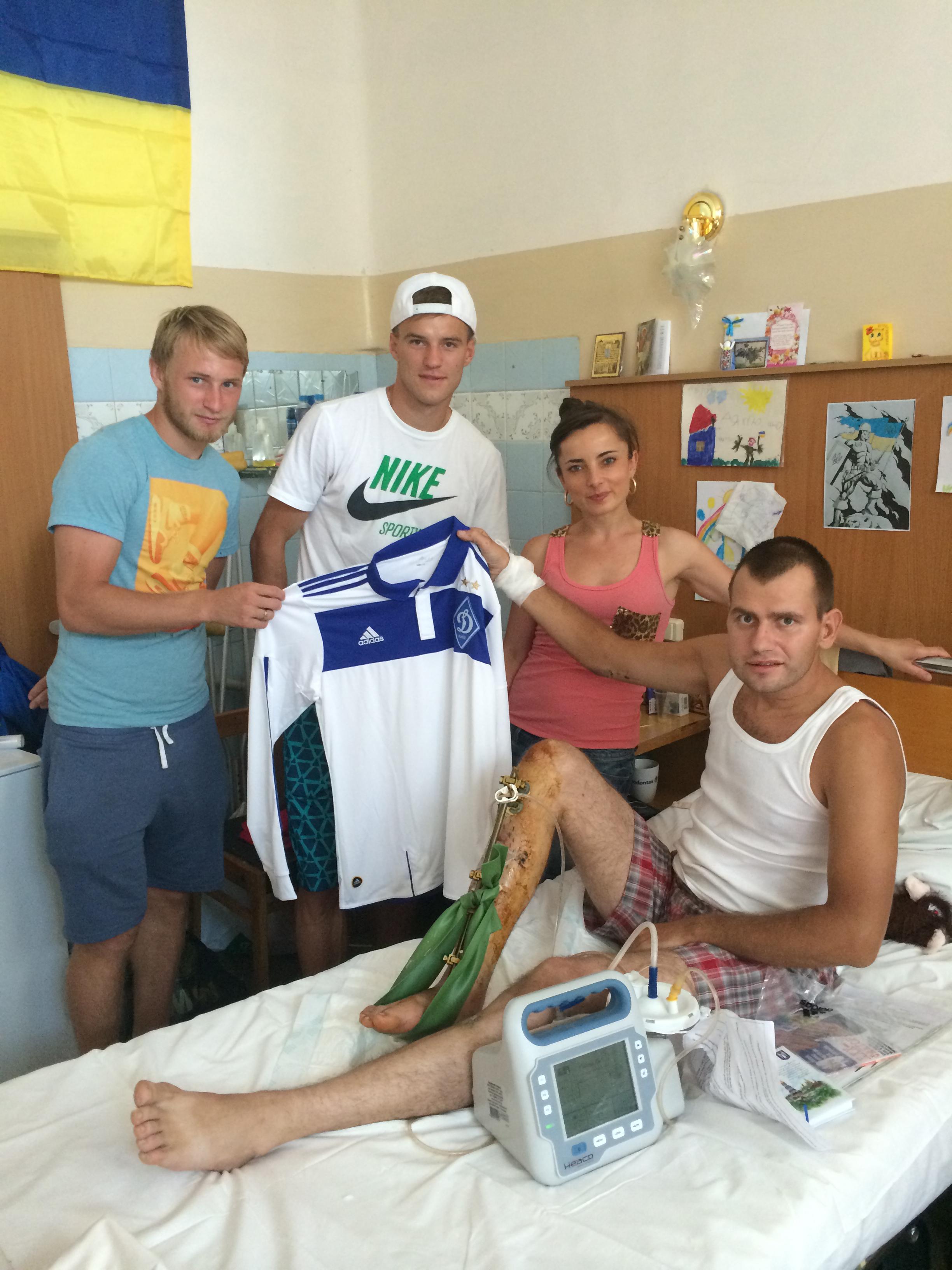 Ярмоленко и Безус посетили военный госпиталь - изображение 1