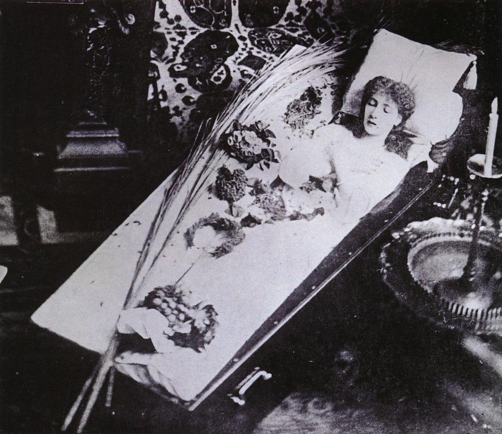 Сын не смог пройти мимо спящей матери 27 фотография