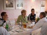 Канцлер Германии поужинала со сборной