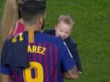 Сын Суареса укусил отца после чемпионства «Барселоны» (ФОТО)