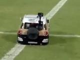 В Катаре мяч на поле доставляет... миниэлектромобиль (ВИДЕО)