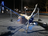 Статую Ибрагимовича в Мальме опрокинули с постамента, подпилив ноги (ФОТО)