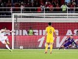 В матче Кубка Азии судья назначил пенальти за толчок одним партнером по команде другого (ВИДЕО)