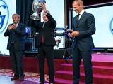 ФОТО: Как Александер Чеферин вручал Григорию Суркису Кубок Европы