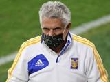 Мексиканский тренер был дисквалифицирован за курение во время игры