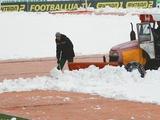 Поле стадиона «Ника», где «Динамо» в воскресенье сыграет с «Александрией», завалило снегом (ФОТО, ВИДЕО)
