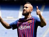 «Барселона» официально представила Видаля (ФОТО)
