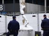Статуя Златана лишилась носа, мизинца и цвета (ВИДЕО)