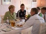 Швайнштайгер: «Когда в раздевалку зашла Меркель, я был в душе»
